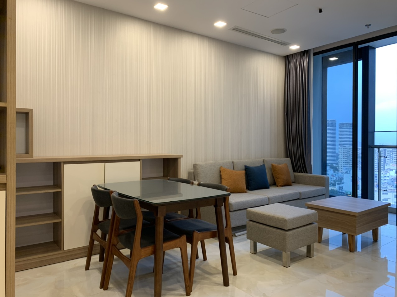 Cho thuê 2 phòng ngủ Vinhomes Golden river - ID 010111