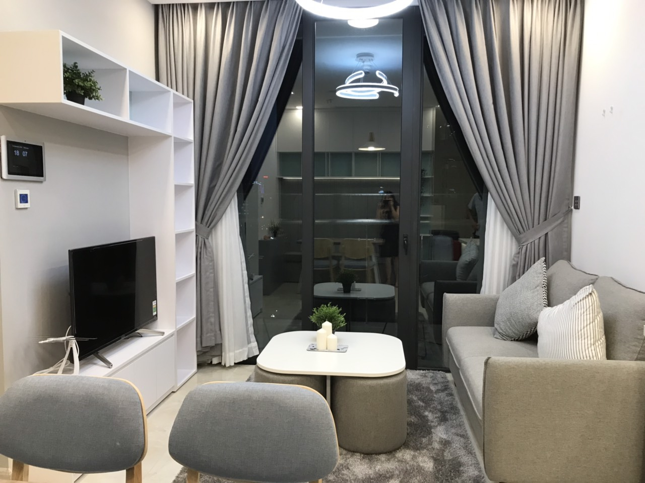 Cho thuê 2 phòng ngủ Vinhomes Golden river - ID 010100